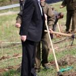 Emil Boc planteaza in judetul Bacau (7)