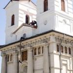 montare cruce catedrala sf nicolae bacau (1)