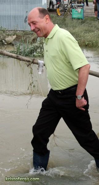 Traian Basescu la inundatiile de la Saucesti